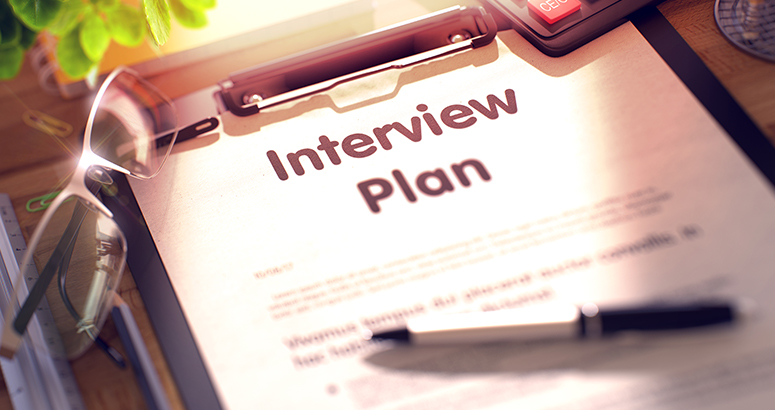 проводить интервью